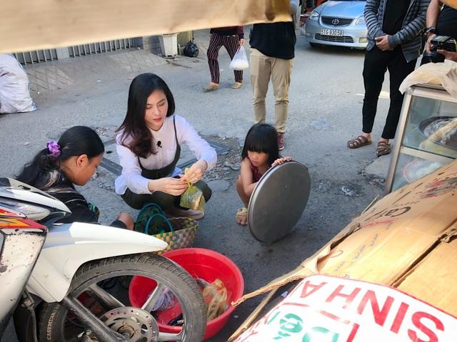 وان ترانگ هنگامی که شاهد خانواده ای فقیر بود که به طور موقت در زیر یک پل زندگی می کنند ، گریه می کند - عکس 7.