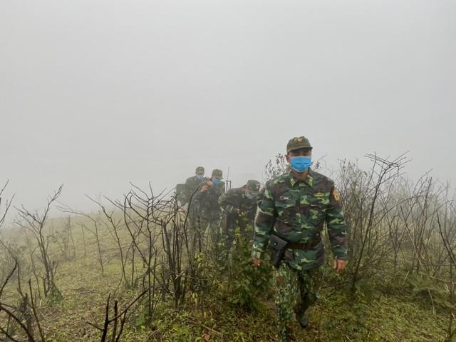 Xúc động hình ảnh lính biên phòng tuần tra giữa trời đông giá rét - Ảnh 1.