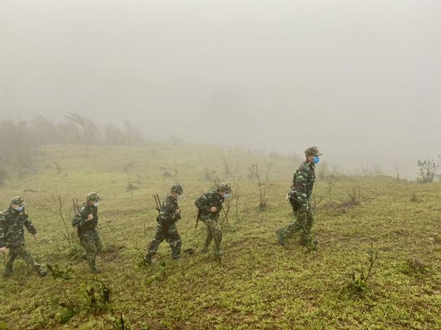 Xúc động hình ảnh lính biên phòng tuần tra giữa trời đông giá rét - Ảnh 6.