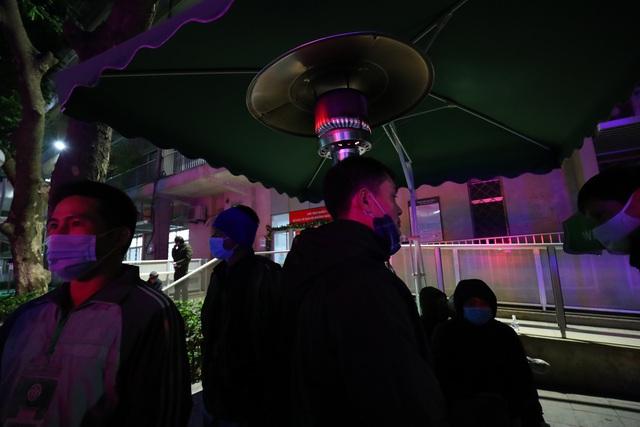 20 cây sưởi gas đặt tại khuôn viên BV Bạch Mai khiến người dân ấm lòng giữa cái rét cắt da thịt - Ảnh 2.