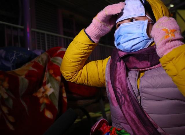 20 cây sưởi gas đặt tại khuôn viên BV Bạch Mai khiến người dân ấm lòng giữa cái rét cắt da thịt - Ảnh 10.