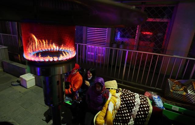 20 cây sưởi gas đặt tại khuôn viên BV Bạch Mai khiến người dân ấm lòng giữa cái rét cắt da thịt - Ảnh 3.