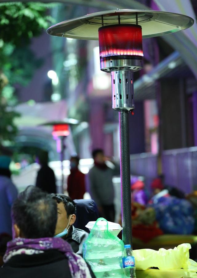 20 cây sưởi gas đặt tại khuôn viên BV Bạch Mai khiến người dân ấm lòng giữa cái rét cắt da thịt - Ảnh 5.