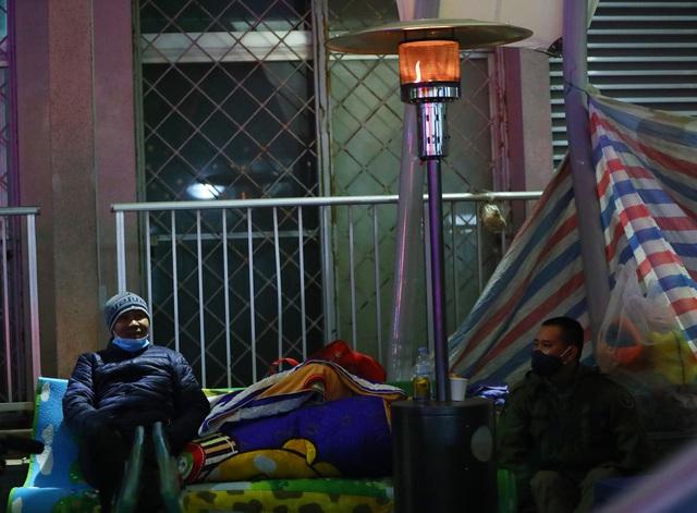 20 cây sưởi gas đặt tại khuôn viên BV Bạch Mai khiến người dân ấm lòng giữa cái rét cắt da thịt - Ảnh 6.