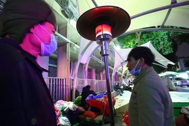 20 cây sưởi gas đặt tại khuôn viên BV Bạch Mai khiến người dân ấm lòng giữa cái rét cắt da thịt - Ảnh 8.