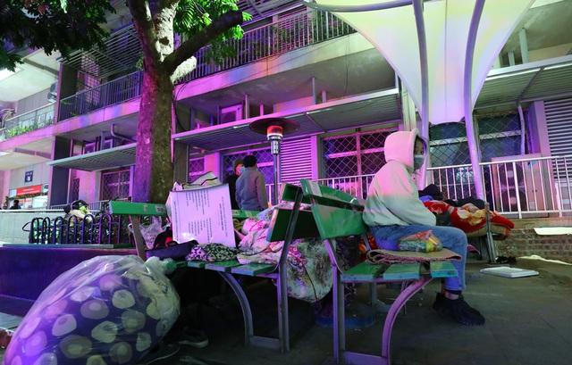 20 cây sưởi gas đặt tại khuôn viên BV Bạch Mai khiến người dân ấm lòng giữa cái rét cắt da thịt - Ảnh 9.