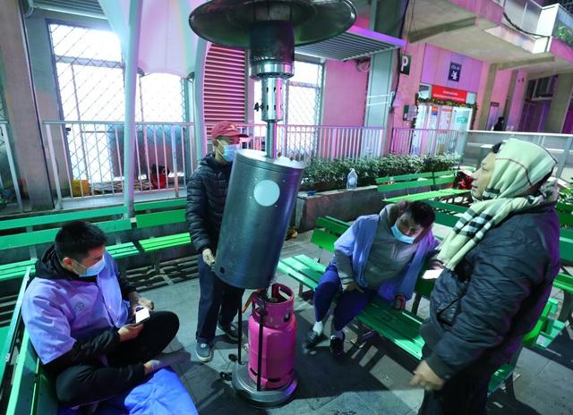 20 cây sưởi gas đặt tại khuôn viên BV Bạch Mai khiến người dân ấm lòng giữa cái rét cắt da thịt - Ảnh 12.