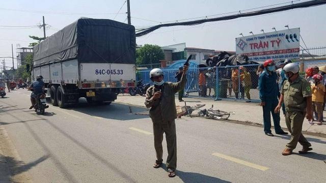 TP HCM: Trên đường đi học về, bé gái học cấp 1 bị xe tải cán tử vong - Ảnh 1.