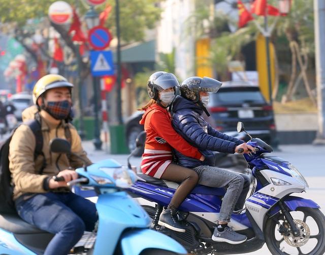 Nắng ấm sau chuỗi ngày rét đậm, người Hà Nội thích thú ra đường - Ảnh 8.
