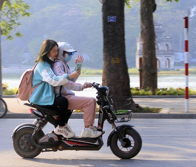 Nắng ấm sau chuỗi ngày rét đậm, người Hà Nội thích thú ra đường - Ảnh 10.