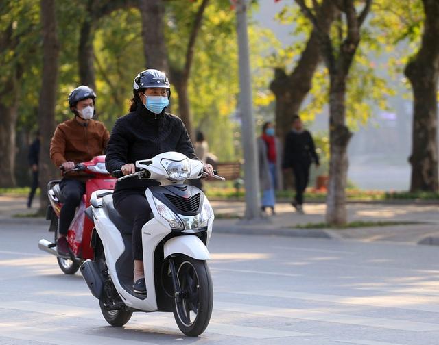 Nắng ấm sau chuỗi ngày rét đậm, người Hà Nội thích thú ra đường - Ảnh 11.