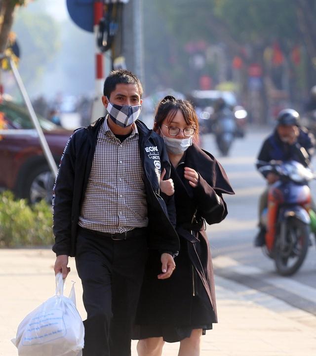 Nắng ấm sau chuỗi ngày rét đậm, người Hà Nội thích thú ra đường - Ảnh 2.