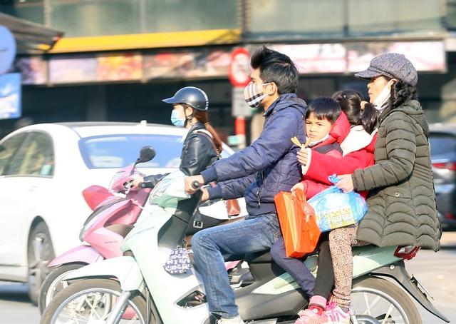 Nắng ấm sau chuỗi ngày rét đậm, người Hà Nội thích thú ra đường - Ảnh 12.