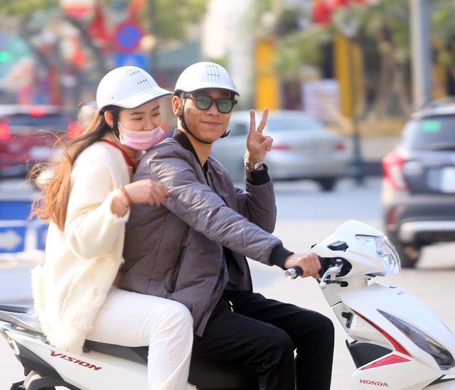 Nắng ấm sau chuỗi ngày rét đậm, người Hà Nội thích thú ra đường - Ảnh 14.