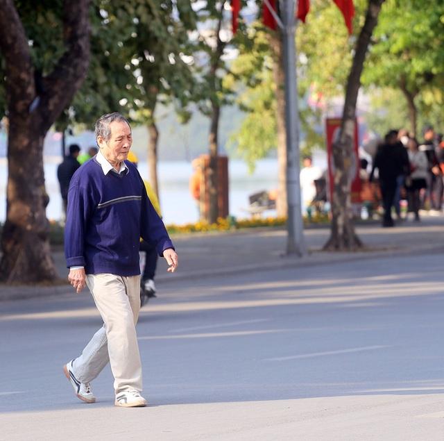 Nắng ấm sau chuỗi ngày rét đậm, người Hà Nội thích thú ra đường - Ảnh 4.