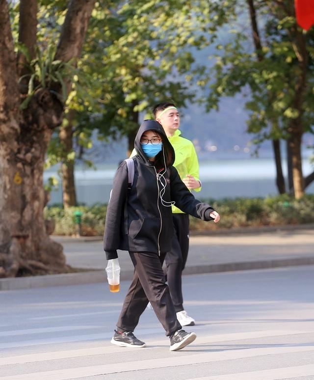 Nắng ấm sau chuỗi ngày rét đậm, người Hà Nội thích thú ra đường - Ảnh 5.