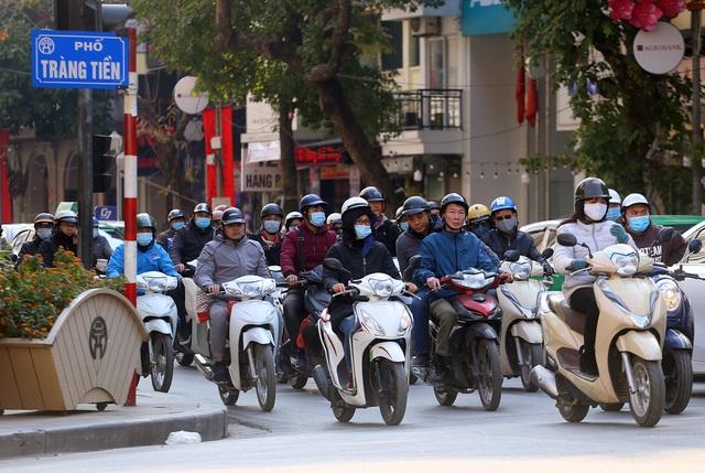 Nắng ấm sau chuỗi ngày rét đậm, người Hà Nội thích thú ra đường - Ảnh 9.