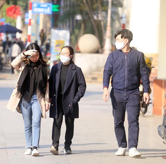 Nắng ấm sau chuỗi ngày rét đậm, người Hà Nội thích thú ra đường - Ảnh 6.