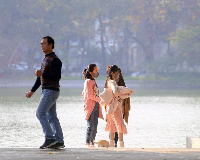 Nắng ấm sau chuỗi ngày rét đậm, người Hà Nội thích thú ra đường - Ảnh 7.