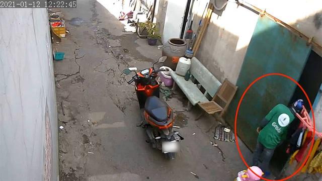 در وسط روز ، مردی که روی اسکوتر بود هنوز به سرعت به کالسکه رسید - عکس 2.