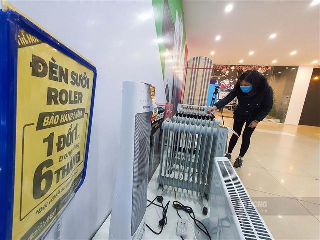 Nhập không đủ bán, siêu thị tại Hà Nội gấp rút bổ sung thiết bị sưởi - Ảnh 2.