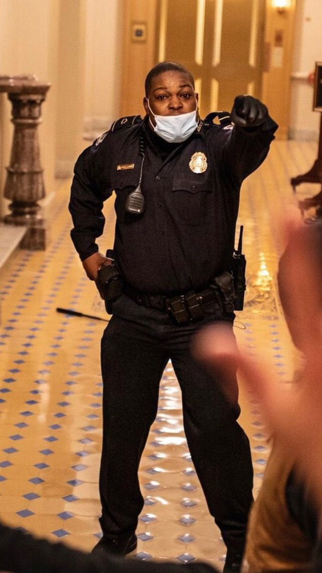 Người hùng Điện Capitol liều mình cứu sống nghị sĩ Mỹ  - Ảnh 3.