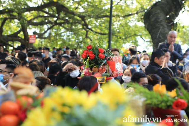 Người Hà Nội tranh thủ trưa nắng đẹp đi lễ, Phủ Tây Hồ thất thủ ngày mùng 1 cuối cùng trong năm Canh Tý - Ảnh 12.