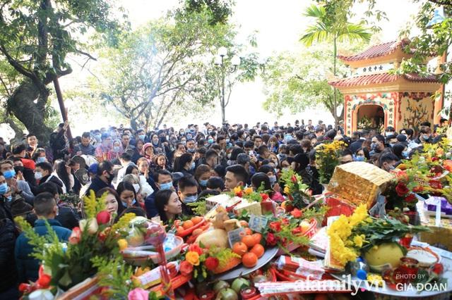 Người Hà Nội tranh thủ trưa nắng đẹp đi lễ, Phủ Tây Hồ thất thủ ngày mùng 1 cuối cùng trong năm Canh Tý - Ảnh 13.