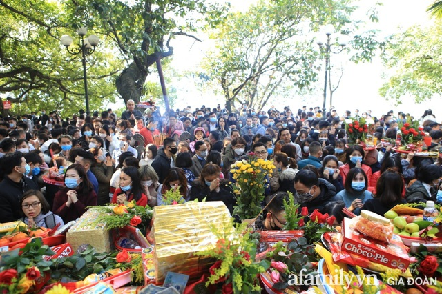 Người Hà Nội tranh thủ trưa nắng đẹp đi lễ, Phủ Tây Hồ thất thủ ngày mùng 1 cuối cùng trong năm Canh Tý - Ảnh 14.