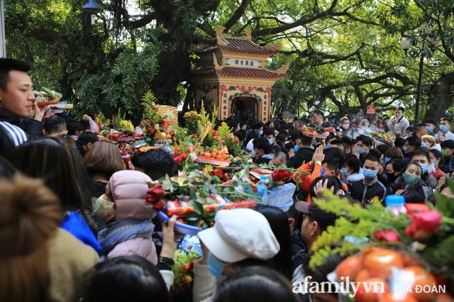Người Hà Nội tranh thủ trưa nắng đẹp đi lễ, Phủ Tây Hồ thất thủ ngày mùng 1 cuối cùng trong năm Canh Tý - Ảnh 3.
