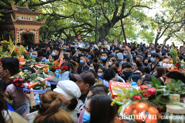 Người Hà Nội tranh thủ trưa nắng đẹp đi lễ, Phủ Tây Hồ thất thủ ngày mùng 1 cuối cùng trong năm Canh Tý - Ảnh 4.