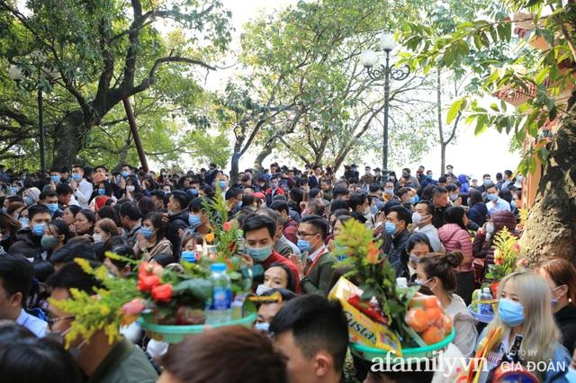 Người Hà Nội tranh thủ trưa nắng đẹp đi lễ, Phủ Tây Hồ thất thủ ngày mùng 1 cuối cùng trong năm Canh Tý - Ảnh 5.