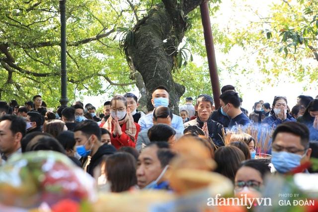 Người Hà Nội tranh thủ trưa nắng đẹp đi lễ, Phủ Tây Hồ thất thủ ngày mùng 1 cuối cùng trong năm Canh Tý - Ảnh 8.