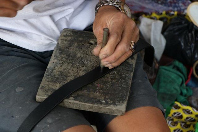 کفاشی در پیاده رو در سایگون: من 2 کیسه را که حدود 23 هزار دلار هزینه دارد تعمیر کردم - عکس 10.
