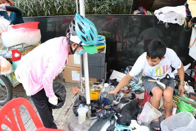 کفاشی در پیاده رو در سایگون: من 2 کیسه را تعمیر کردم که حدود 23 هزار دلار هزینه دارد - عکس 8.