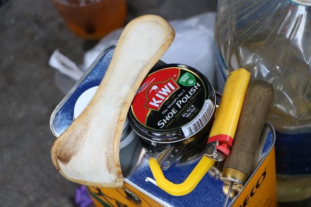 کفاشی در پیاده رو در سایگون: من 2 کیسه را که حدود 23 هزار دلار هزینه دارد تعمیر کردم - عکس 4.