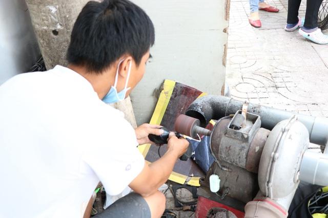 کفاشی در پیاده رو در سایگون: من 2 کیسه را تعمیر کردم که حدود 23 هزار دلار هزینه دارد - عکس 2.