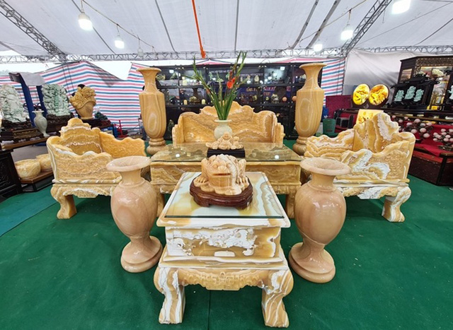 سنگهای قیمتی در مجموعه ای از میزها و صندلی ها تیز می شوند ، قیمت برابر با یک ماشین لوکس است که منتظر بازگشت مشتریان به Tet است - عکس 2.