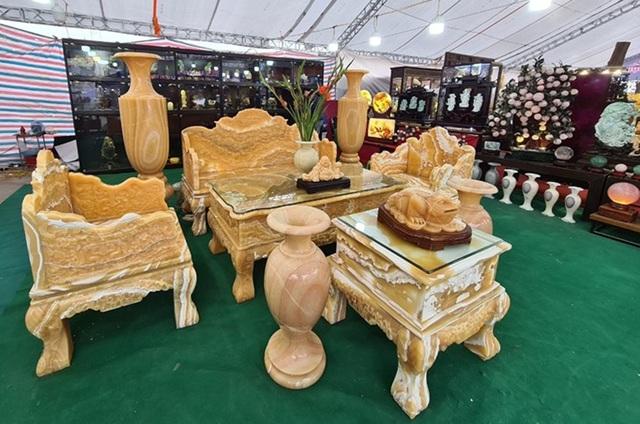 سنگهای قیمتی در مجموعه ای از میزها و صندلی ها تصفیه شده است ، قیمت یک ماشین لوکس در انتظار مشتریان برای بازگشت به بازی Tet - عکس 4.
