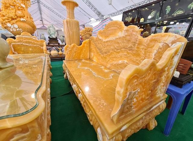 سنگهای قیمتی در مجموعه ای از میزها و صندلی ها تیز می شوند ، قیمت آن برابر است با یک اتومبیل لوکس که منتظر بازگشت مشتریان برای بازی Tet است - عکس 5.