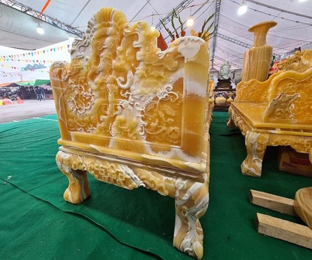 سنگهای قیمتی در مجموعه ای از میزها و صندلی ها تصفیه شده اند ، قیمت یک ماشین لوکس در انتظار بازگشت مشتریان به Tet است - عکس 6.