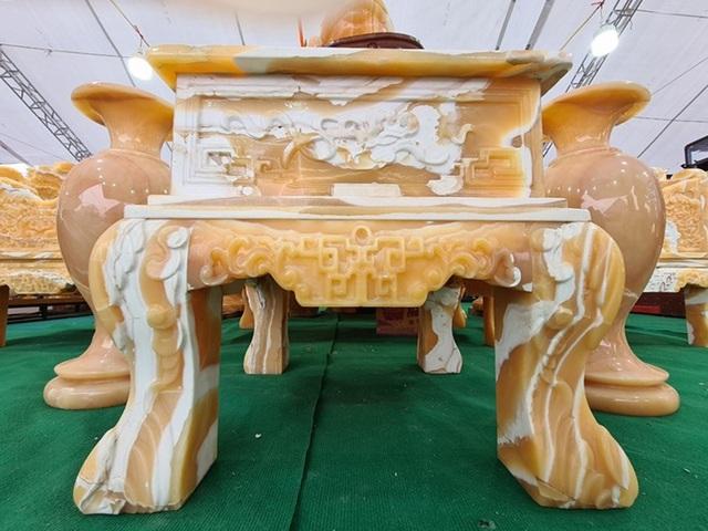 سنگهای قیمتی در مجموعه ای از میزها و صندلی ها تصفیه شده است ، قیمت یک ماشین لوکس که منتظر بازگشت مشتریان برای بازی Tet است - عکس 7.