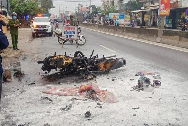 پس از تصادف ، دو موتورسیکلت آتش گرفت ، یک نفر سوخته است - عکس 1.