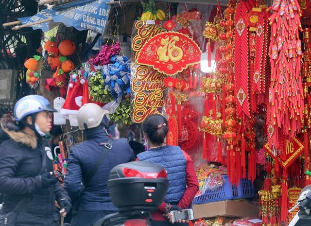 مردم تازه وارد سال جدید 2021 می شوند که منتظر خرید تزیینات کریسمس ماه هستند - عکس 5.