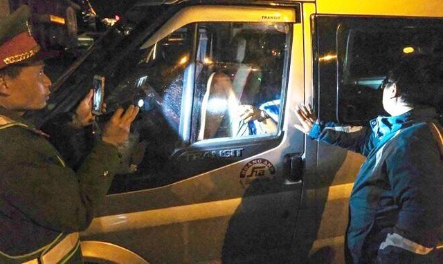راننده ای که برای گشت و گذار در شبکه در ماشین گیر کرده بود ، سیگار کشیدن 40 میلیون جریمه نقاشی کرد - عکس 1.