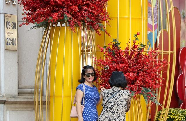 Đường phố Sài Gòn bắt đầu rộn ràng không khí Tết - Ảnh 7.
