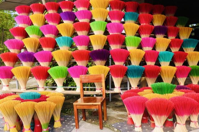 Rực rỡ sắc màu tại làng hương nổi tiếng bậc nhất xứ Huế những ngày giáp Tết - Ảnh 1.