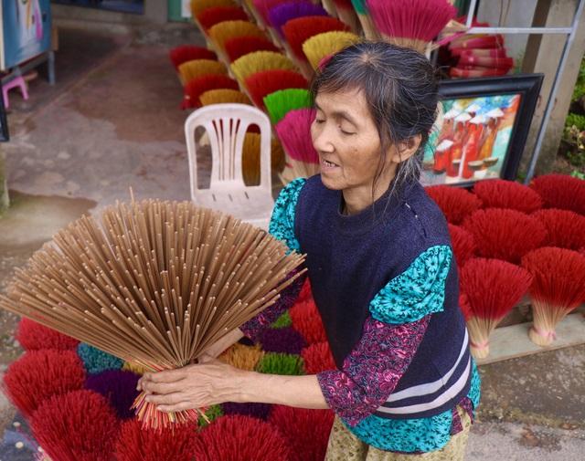 Rực rỡ sắc màu tại làng hương nổi tiếng bậc nhất xứ Huế những ngày giáp Tết - Ảnh 8.