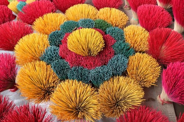 Rực rỡ sắc màu tại làng hương nổi tiếng bậc nhất xứ Huế những ngày giáp Tết - Ảnh 10.