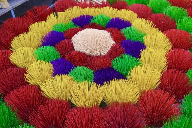 Rực rỡ sắc màu tại làng hương nổi tiếng bậc nhất xứ Huế những ngày giáp Tết - Ảnh 15.